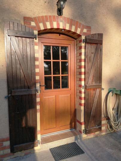 pose d une porte d entr e en pvc pour une ferme la fert. Black Bedroom Furniture Sets. Home Design Ideas